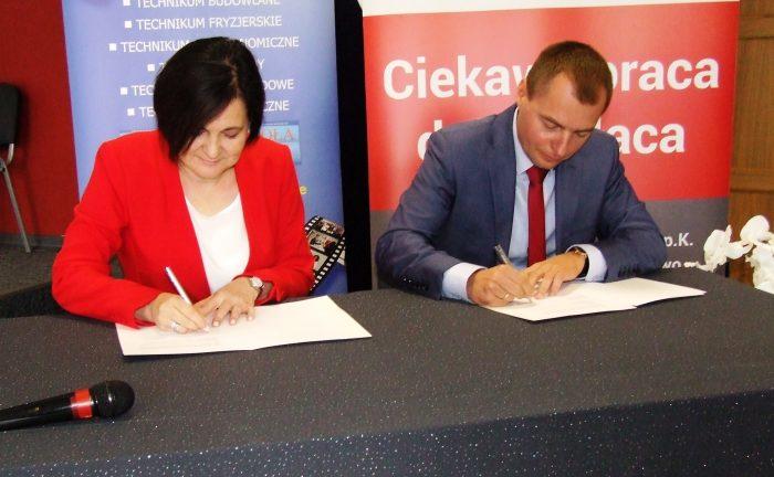 Leopol Meble Polska - podpisywanie umowy